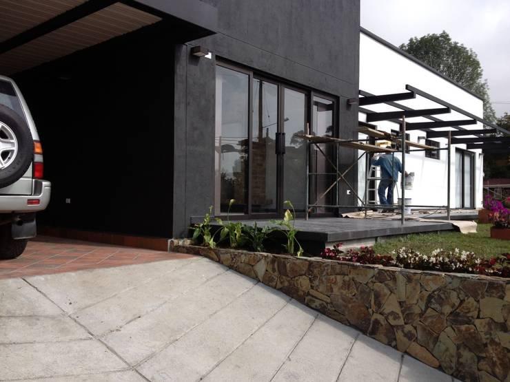 Casa Gualanday: Casas de estilo moderno por Andres Hincapie Arquitectos