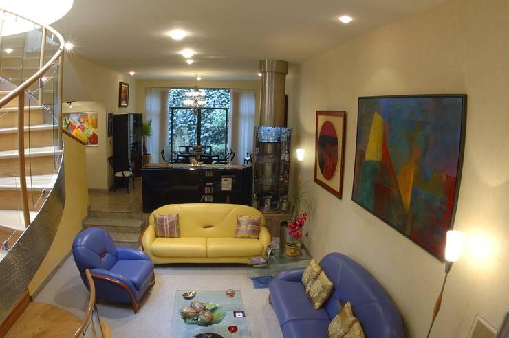 CASA LAURELES: Salas de estilo  por Diseño Integral En Madera S.A de C.V.