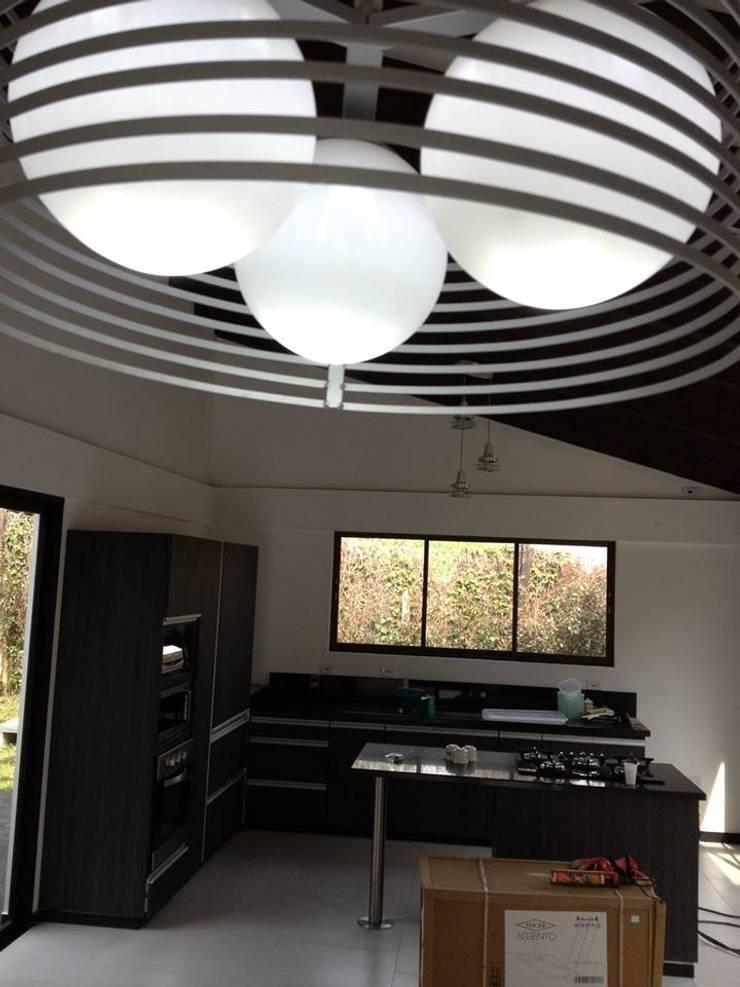 Casa Gualanday: Salas de estilo moderno por Andres Hincapie Arquitectos
