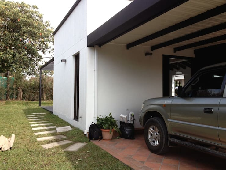 Casa Gualanday: Garajes de estilo moderno por Andres Hincapie Arquitectos