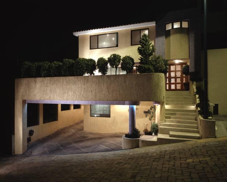 CASA LAURELES: Casas de estilo  por Diseño Integral En Madera S.A de C.V.
