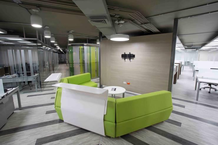 Sala Interactiva: Salas multimedia de estilo  por Qualittá Arquitectura