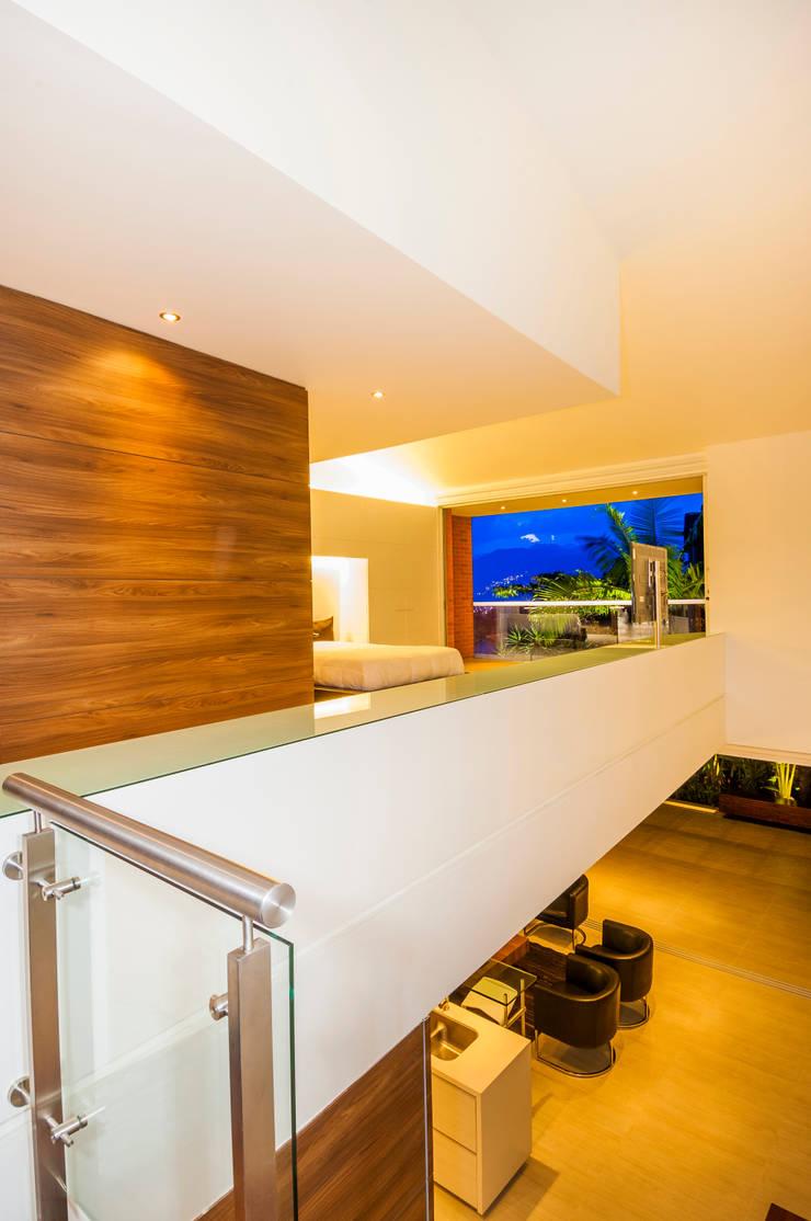 Casa Palmeral: Pasillos y vestíbulos de estilo  por FR ARQUITECTURA S.A.S.