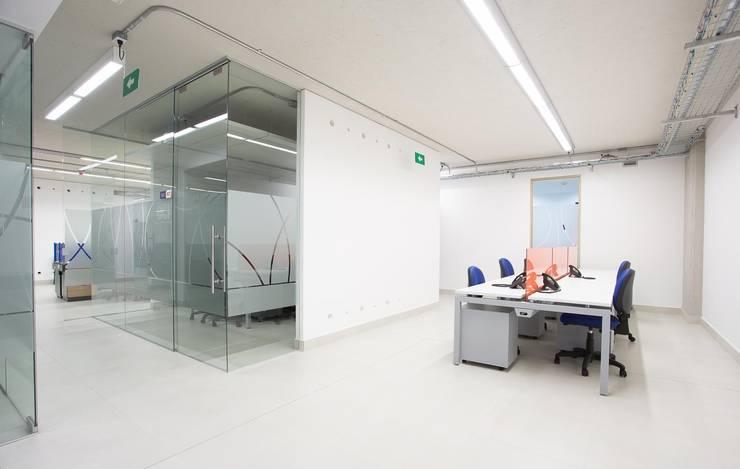 Puestos de Oficina: Estudios y despachos de estilo  por Qualittá Arquitectura