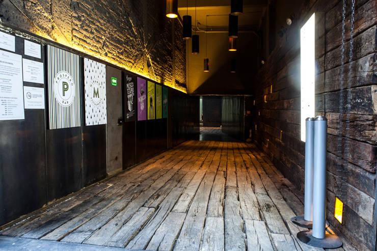 La Teatrería, tunel de acceso Locaciones para eventos de estilo industrial de Barnabé Bustamante Ludlow Arquitectos Industrial Madera maciza Multicolor