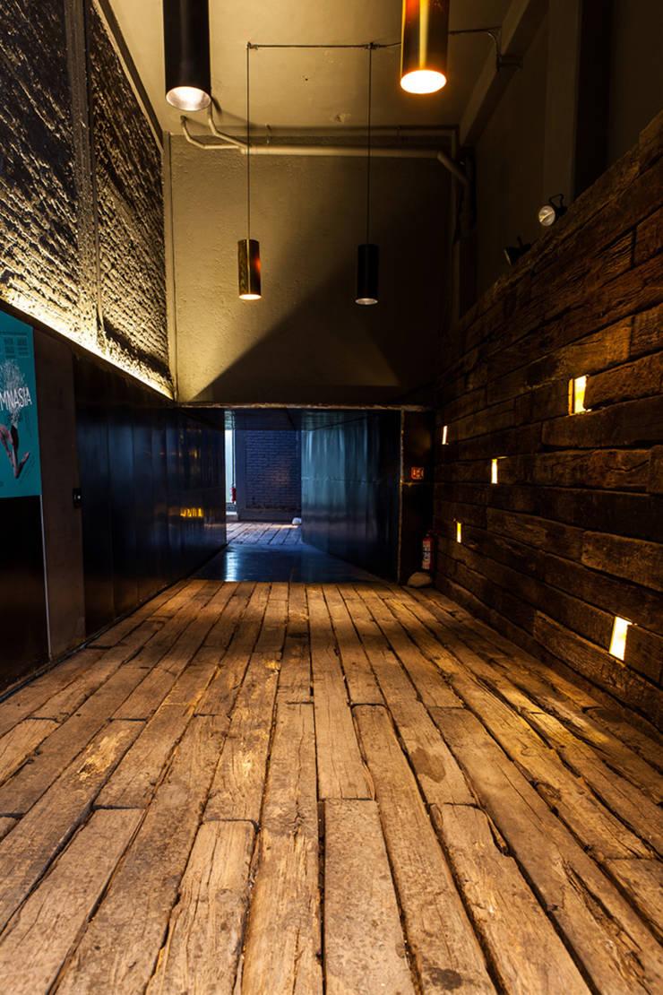 La Teatrería, acceso general Locaciones para eventos de estilo industrial de Barnabé Bustamante Ludlow Arquitectos Industrial Madera maciza Multicolor