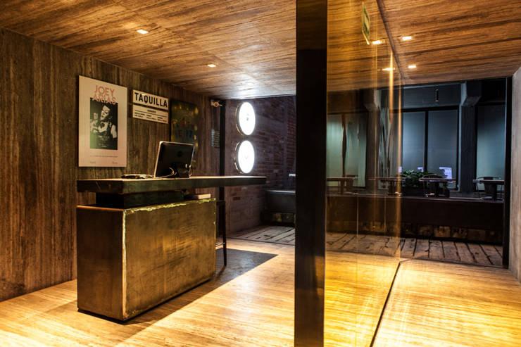 Taquilla y acceso a Restaurante Miranda y Bar Próspero Bares y clubs de estilo industrial de Barnabé Bustamante Ludlow Arquitectos Industrial