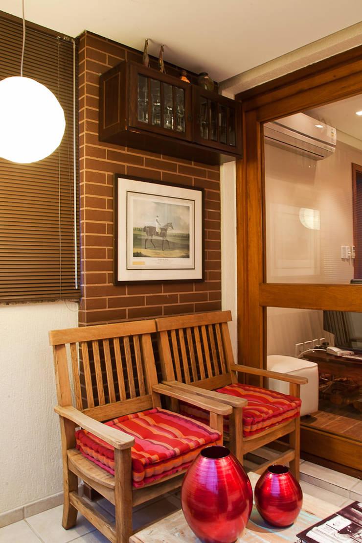 SACADA | CHURRASQUEIRA: Terraços  por Ana Levy | Arquitetura + Interiores