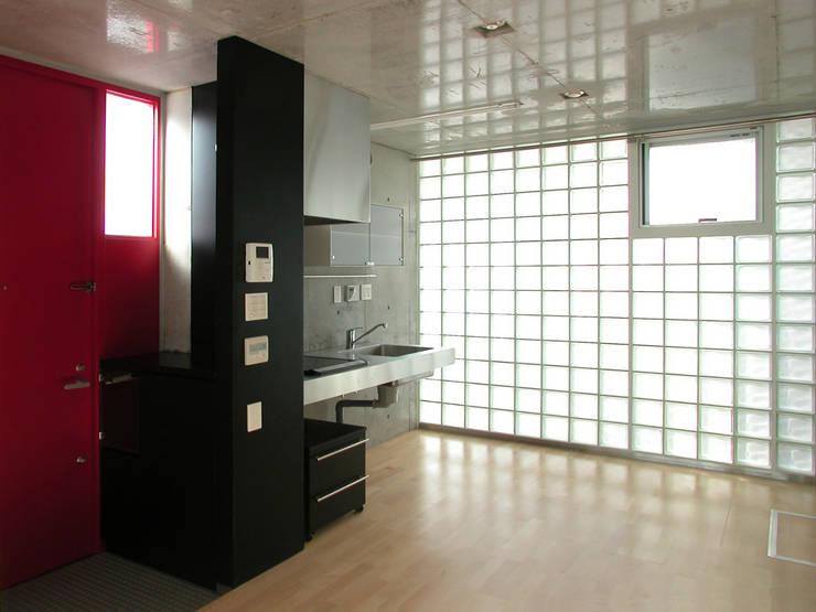 半透明の板塀で囲む住居: ユミラ建築設計室が手掛けたキッチンです。