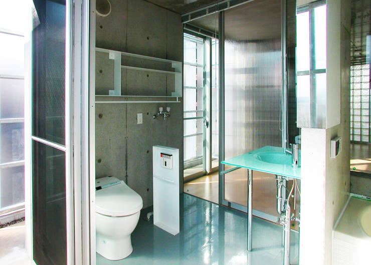 半透明の板塀で囲む住居: ユミラ建築設計室が手掛けた浴室です。