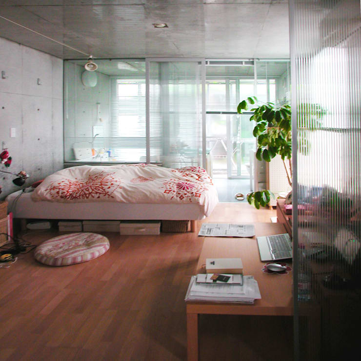 半透明の板塀で囲む住居: ユミラ建築設計室が手掛けた寝室です。