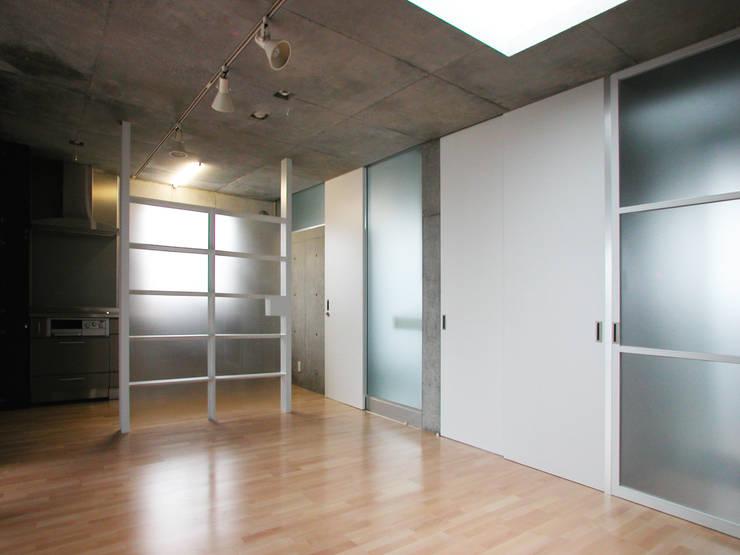 半透明の板塀で囲む住居: ユミラ建築設計室が手掛けたリビングです。
