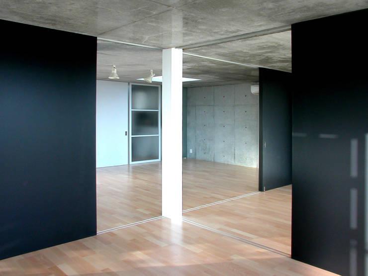 半透明の板塀で囲む住居: ユミラ建築設計室が手掛けた和室です。