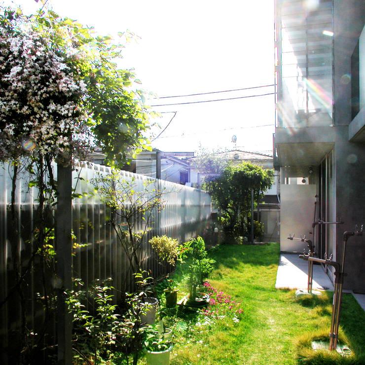 半透明の板塀で囲む住居: ユミラ建築設計室が手掛けたテラス・ベランダです。
