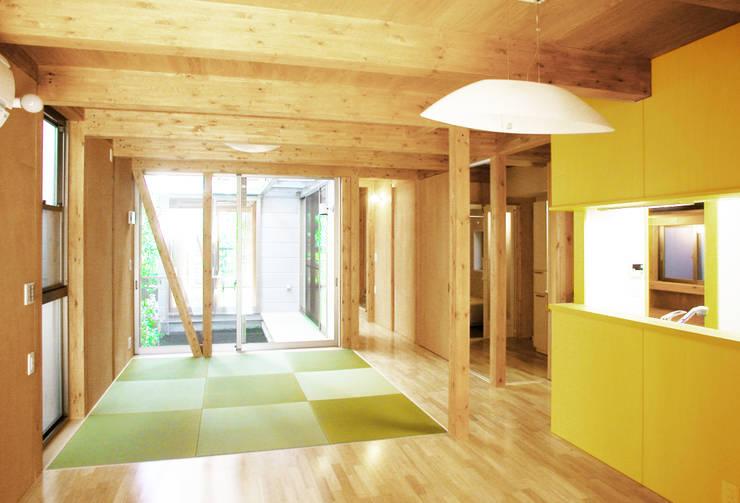 細長敷地の二世帯住宅: ユミラ建築設計室が手掛けたリビングです。