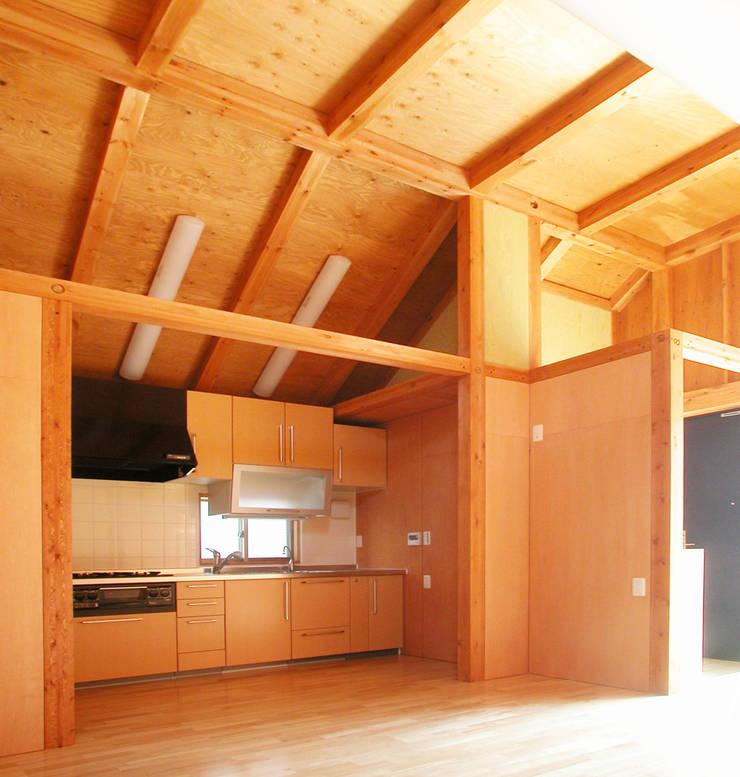 細長敷地の二世帯住宅: ユミラ建築設計室が手掛けたキッチンです。