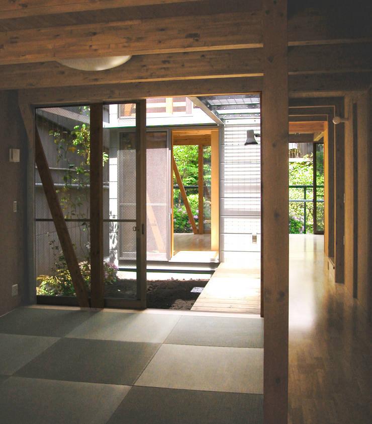 細長敷地の二世帯住宅: ユミラ建築設計室が手掛けたテラス・ベランダです。