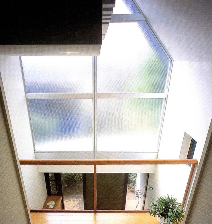 旗竿敷地のな家: ユミラ建築設計室が手掛けた廊下 & 玄関です。,