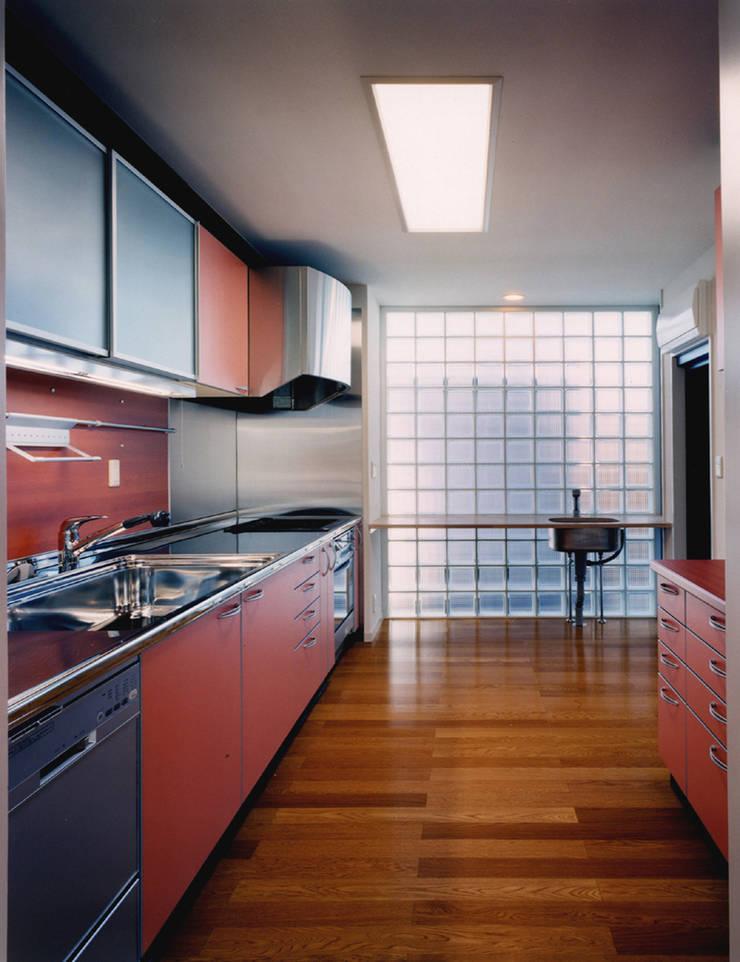 旗竿敷地のな家: ユミラ建築設計室が手掛けたキッチンです。,