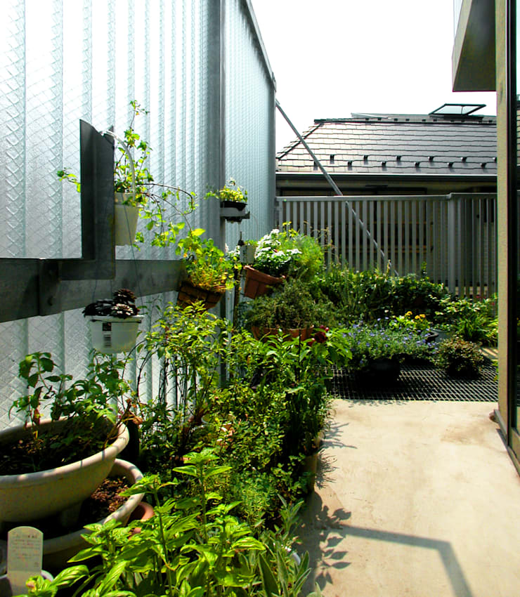 旗竿敷地のな家: ユミラ建築設計室が手掛けたテラス・ベランダです。,
