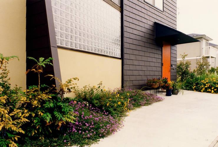 アトリエのある趣味をいかす家: ユミラ建築設計室が手掛けた窓です。