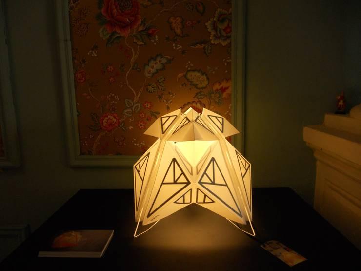 Luminarias de papel: Livings de estilo  por 7Rayos