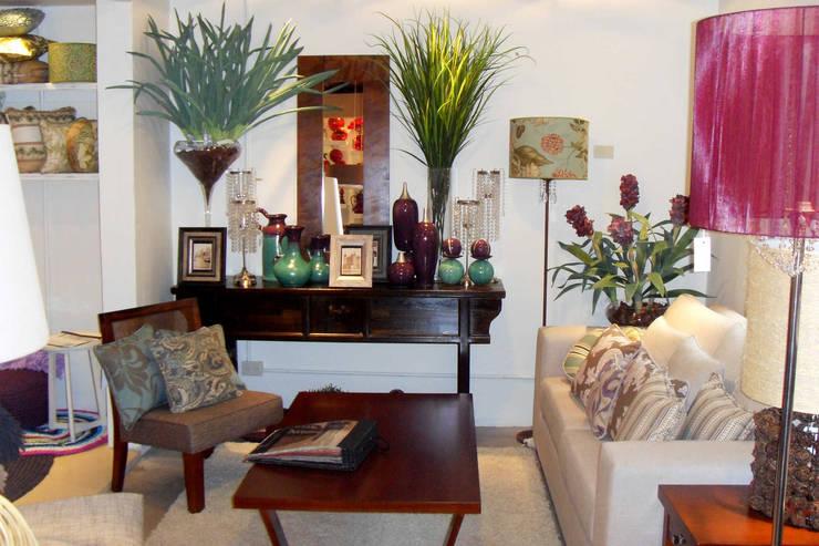 MUEBLES Y SILLONES: Livings de estilo  por DISEÑO VIVO,