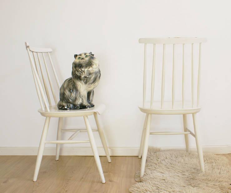 2 witte spijlenstoelen. Tapiovaara stijl-vintage houten stoelen. :  Eetkamer door Flat sheep