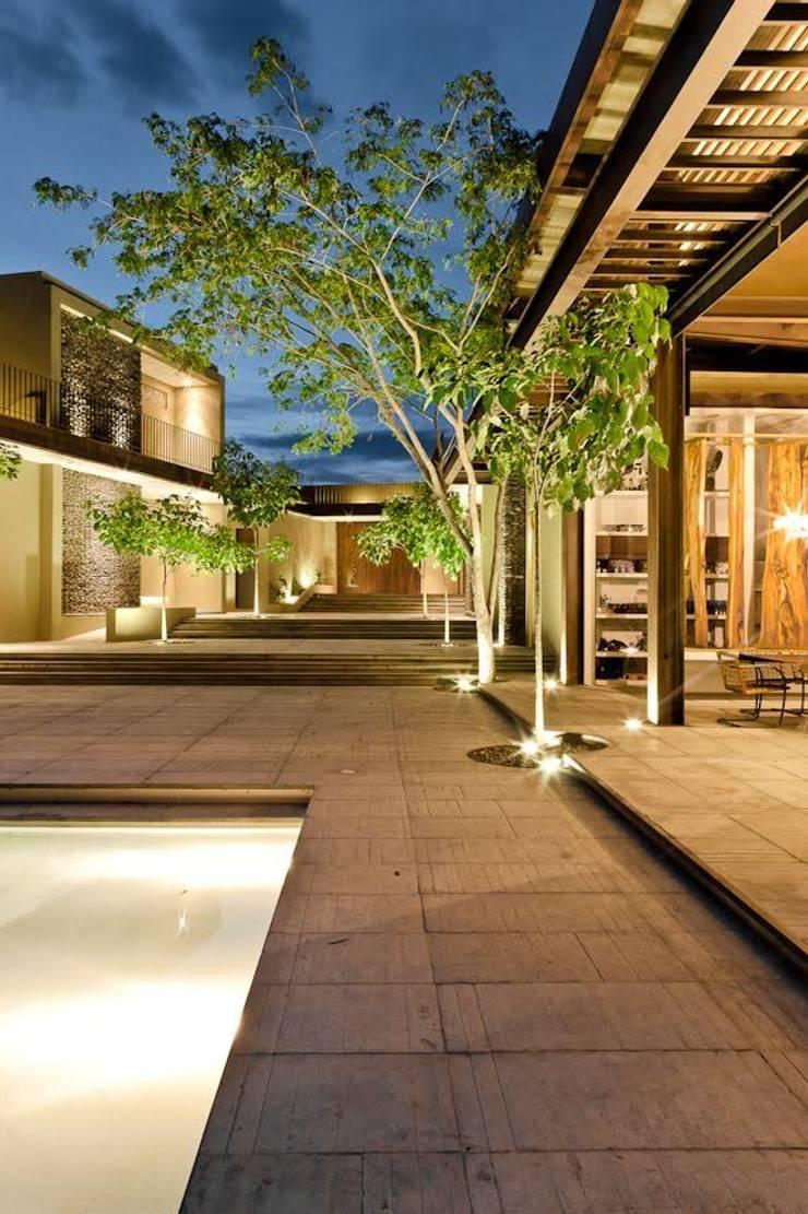 Casa Pombo: Jardines de estilo  por PLUS Arquitectura y Diseño Ltda.