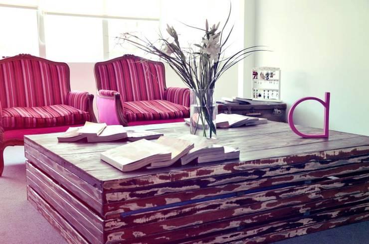 Decoración de interiores: muebles country chic & vintage: Livings de estilo  por 27-30548217-5,