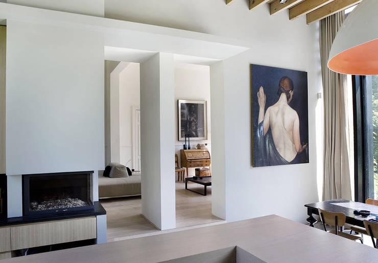 La Hulpe: Salon de style de style Moderne par Iceberg Architectes
