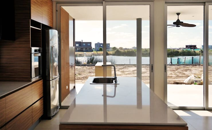 Vivienda Unifamiliar en Barrio el Canton: Cocinas de estilo moderno por Estudio Maraude Arquitectos