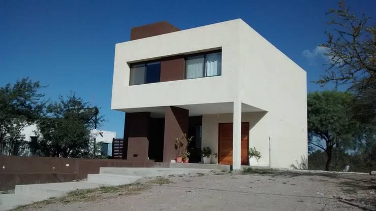 Houses by BULLK Aruitectura y construcción, Modern