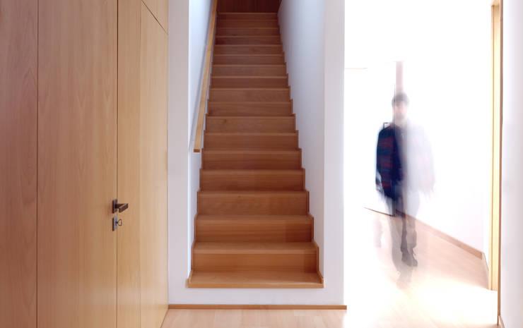 Casa BLS: Corredores e halls de entrada  por m2.senos