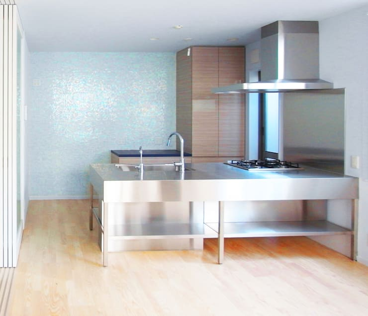 庭を囲む家: ユミラ建築設計室が手掛けたキッチンです。,
