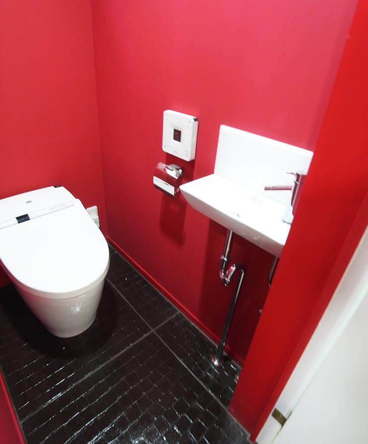 庭を囲む家: ユミラ建築設計室が手掛けた浴室です。,