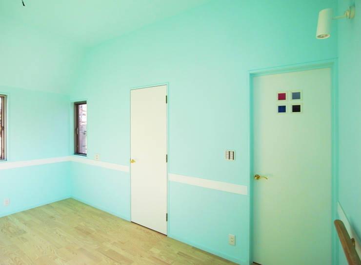 庭を囲む家: ユミラ建築設計室が手掛けた寝室です。,