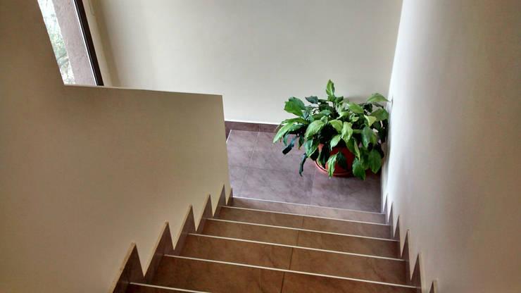MENDIOLAZA – Centro: Pasillos y recibidores de estilo  por BULLK Aruitectura y construcción