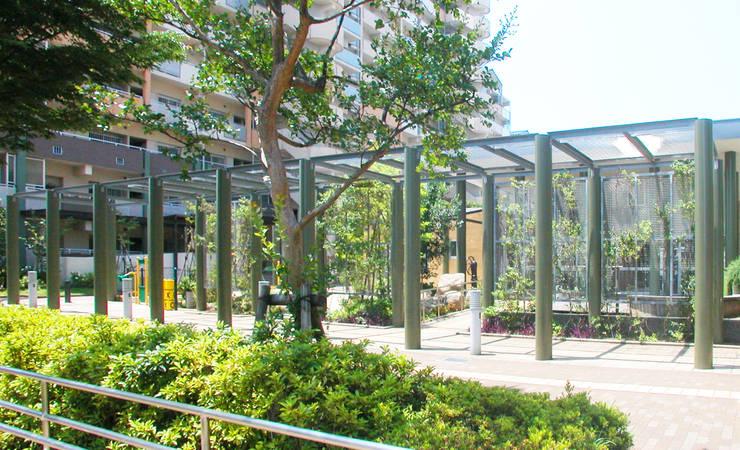 緑の回廊に建つ: ユミラ建築設計室が手掛けた家です。