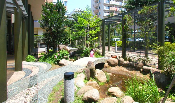 緑の回廊に建つ: ユミラ建築設計室が手掛けた庭です。