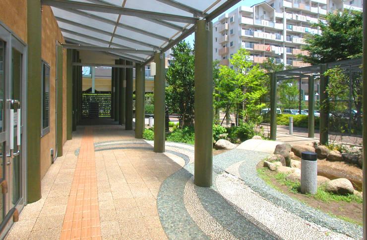 緑の回廊に建つ: ユミラ建築設計室が手掛けた廊下 & 玄関です。
