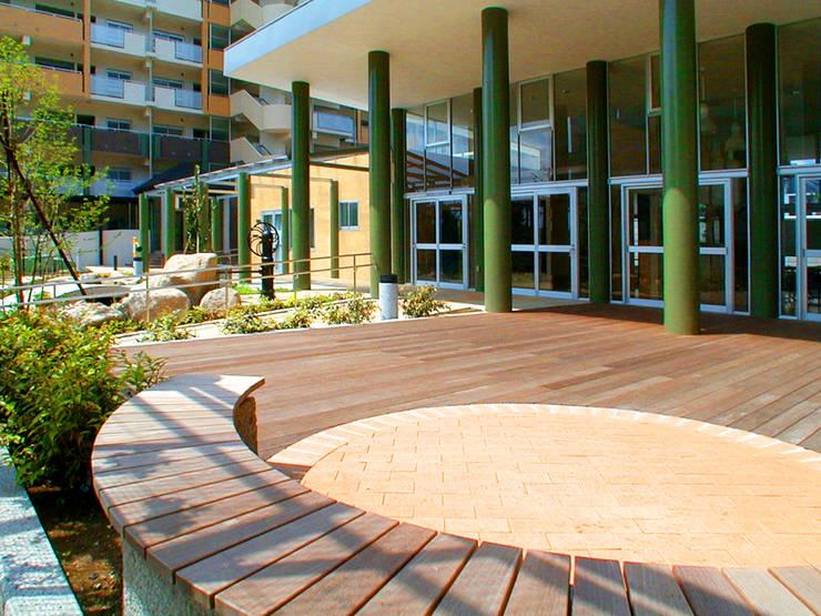 緑の回廊に建つ: ユミラ建築設計室が手掛けたテラス・ベランダです。