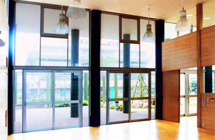 緑の回廊に建つ: ユミラ建築設計室が手掛けた窓です。