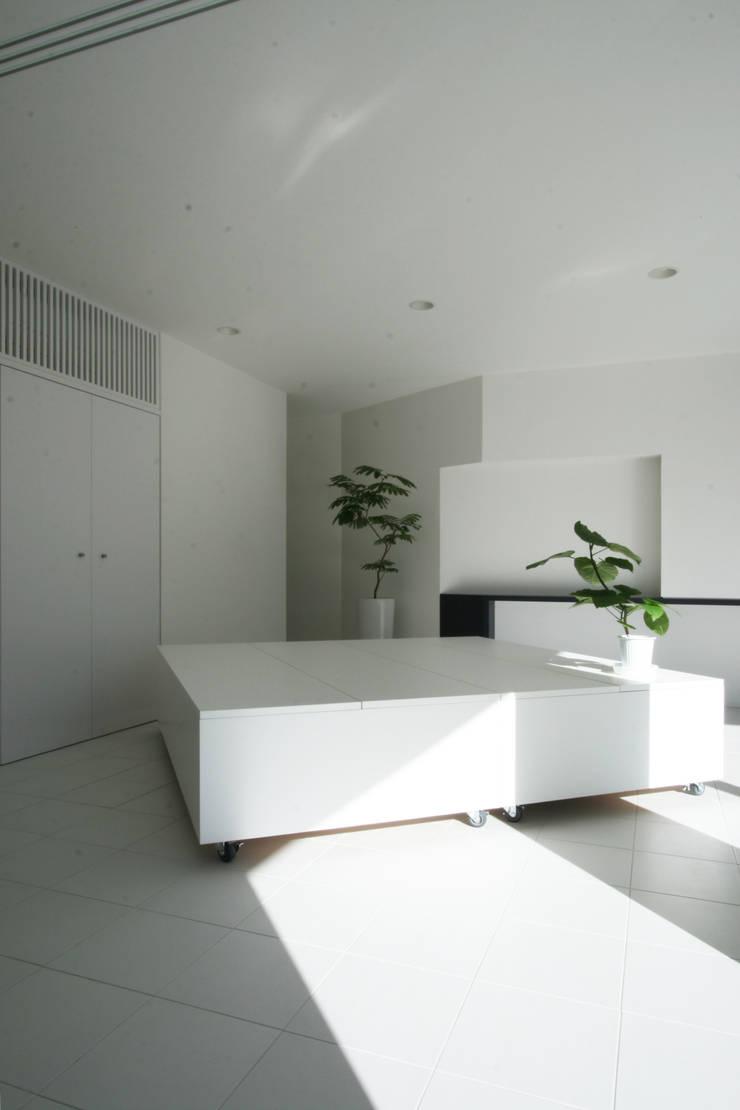Salas de entretenimiento de estilo moderno de 伊波一哉建築設計室 Moderno Madera Acabado en madera