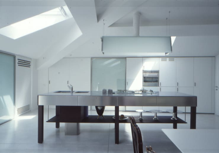 Una mansarda a Mantova: Cucina in stile in stile Minimalista di Benedini & Partners