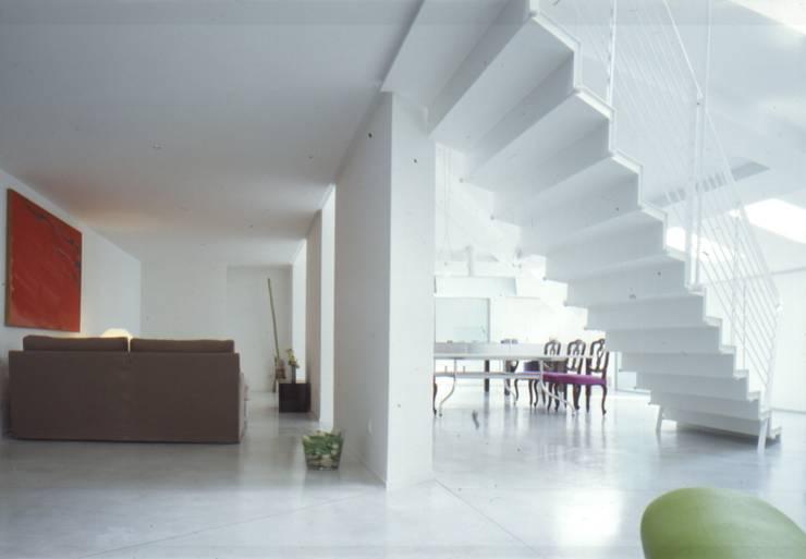 Una mansarda a Mantova: Ingresso & Corridoio in stile  di Benedini & Partners