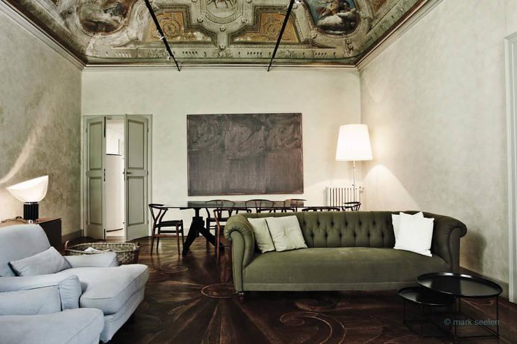 Salas / recibidores de estilo  por Benedini & Partners