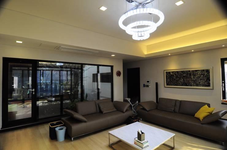 Patio House : 구도건축사사무소의  거실