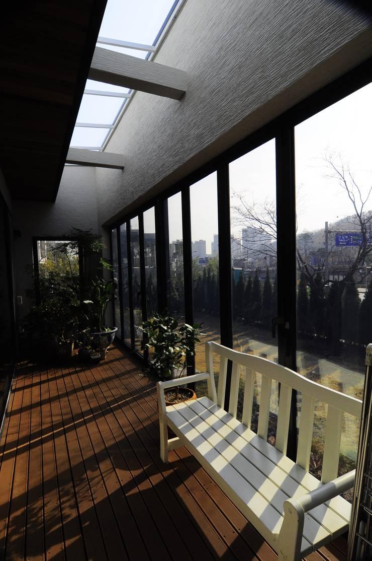 Patio House : 구도건축사사무소의  베란다
