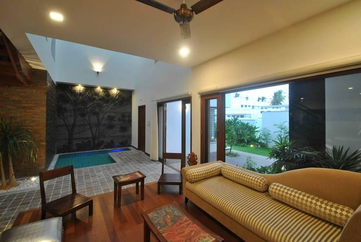 Mr & Mrs Pannerselvam's Residence: modern Living room by  Murali architects